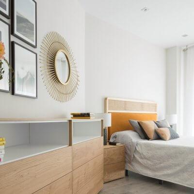 Dormitorio con muebles de madera y cabecero de rejilla y terciopelo caldera. Proyecto de R de Room.