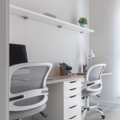 Estudio con dos puestos de trabajo con estilo nórdico. Proyecto de R de Room.