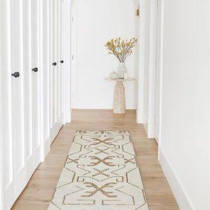 Trucos y consejos para decorar un pasillo largo y que no lo parezca (tanto)