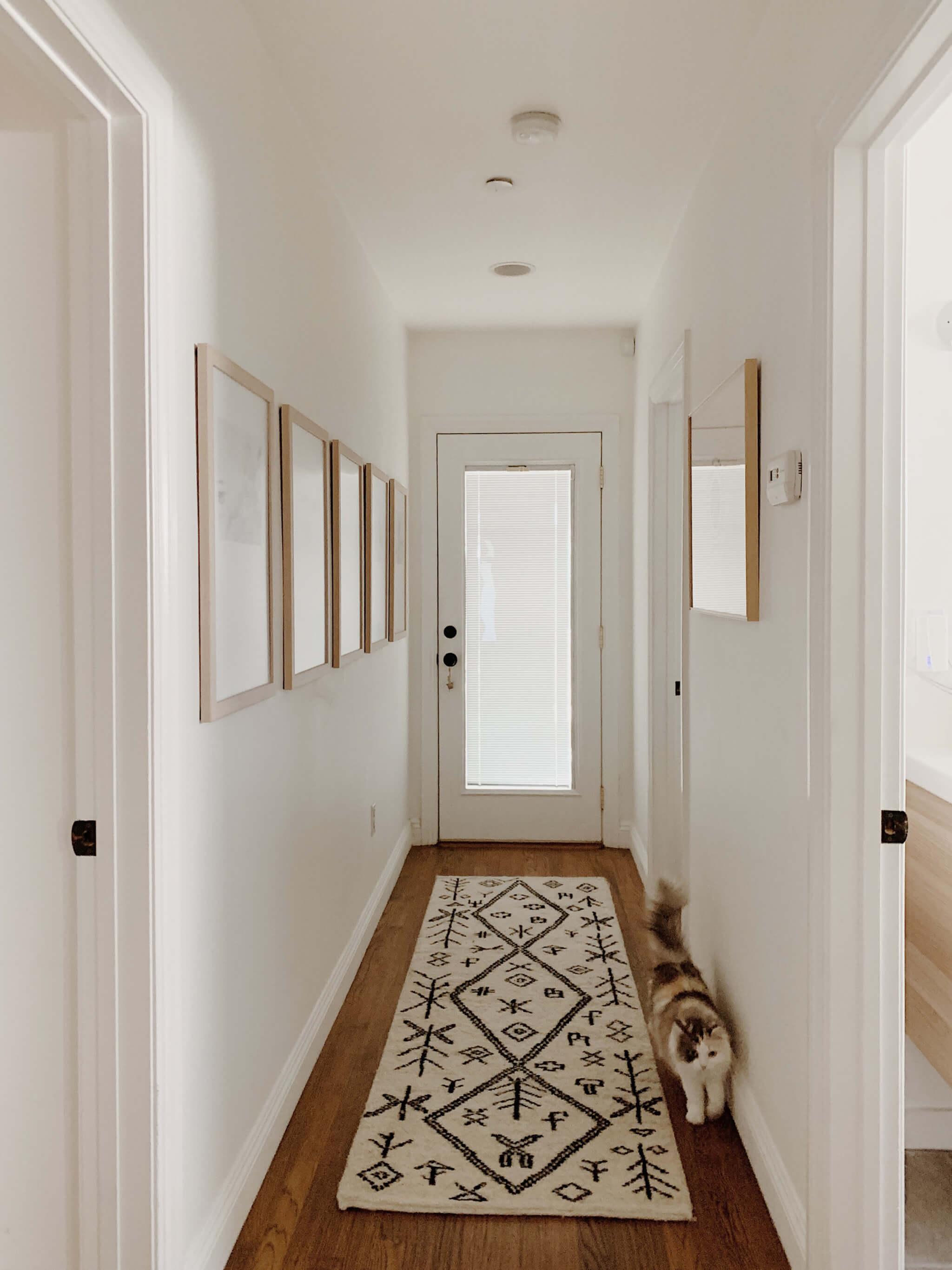 Trucos y consejos para decorar un pasillo largo.
