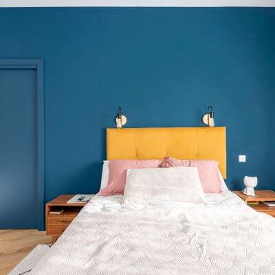 Dormitorio principal. Pared de cabecero azul. Proyecto de R de Room.