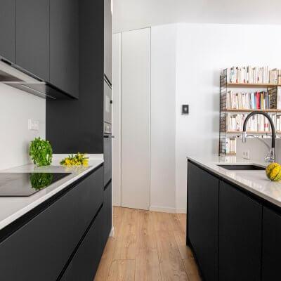 Cocina gris con isla. Proyecto de R de Room.