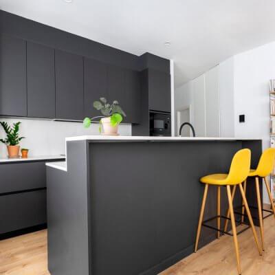 Estar-comedor. Cocina gris abierta al salón. Proyecto de R de Room.
