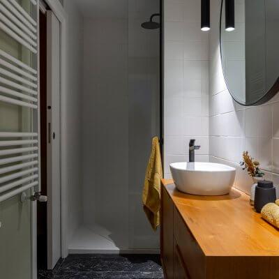 Baño blanco, verde y amarillo. Mueble de lavabo aparador mid-century. Proyecto de R de Room.
