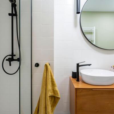 Baño amarillo y blanco. Mueble de lavabo aparador mid-century. Proyecto de R de Room.