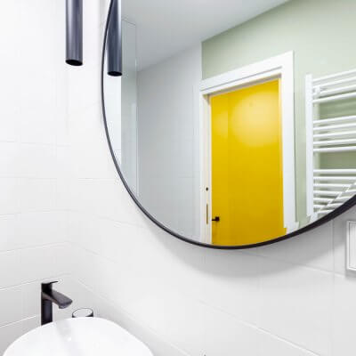 Baño blanco, verde, amarillo y negro. Proyecto de R de Room.
