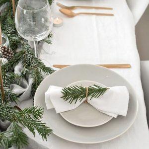 Ideas sencillas para decorar la mesa de Navidad en estilo moderno.