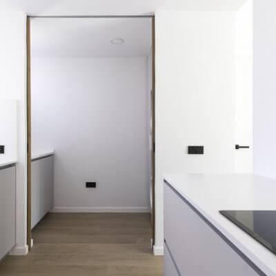 Cocina abierta con zona de lavadero. Proyecto R de Room.