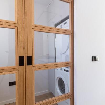 Cocina abierta con zona de lavadero. Puerta de madera con cuarterones. Proyecto R de Room.
