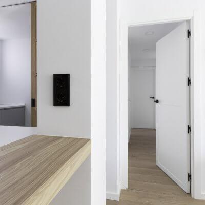Cocina abierta. Puertas con cuarterones. Proyecto R de Room.