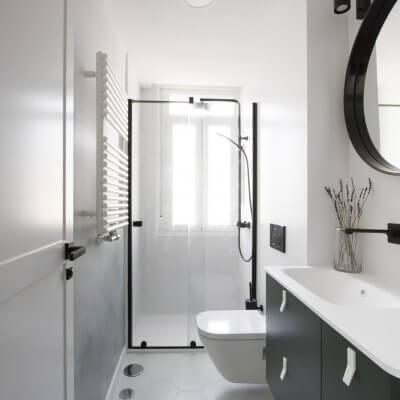 Baño principal con mueble y mural verdes y toques negros. Proyecto R de Room.